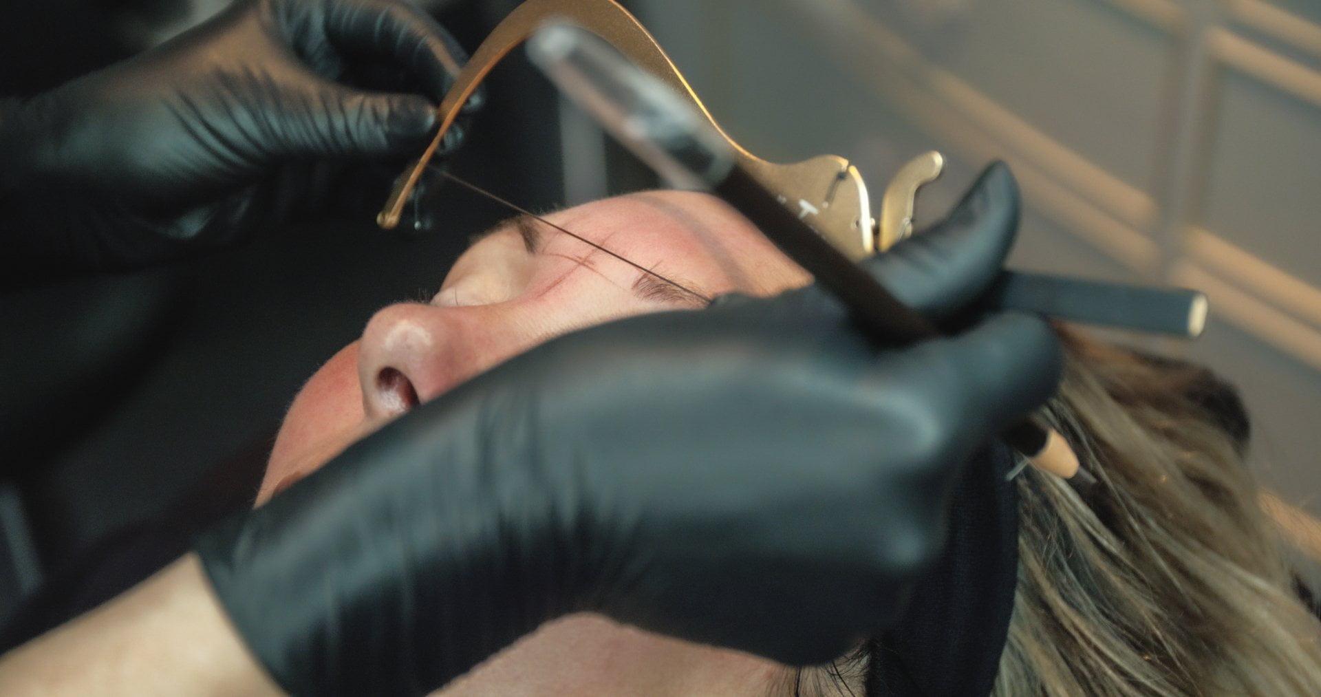 Voor iedereen die dunne, onzichtbare of rommelige wenkbrauwen heeft. Of gewoon niet zo handig is met make-up. Met onze PMU-wenkbrauwen sta je voortaan op met perfect brows. Hoe fijn is dat?